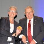 Madame Darrieussecq reçoit la médaille de la Fédération
