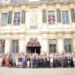 Les congressistes devant l'Hôtel de Ville