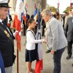 Mme la Ministre salue une jeune porte-drapeau