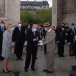 Le Général Paul Moreaux remet le glaive rituel à Hubert Chazeau