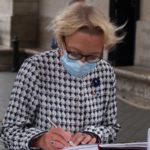 La Directrice générale de l'ONACVG signe le livre d'or