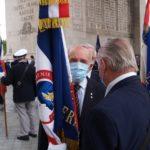 Hubert Chazeau salue les porte-drapeaux